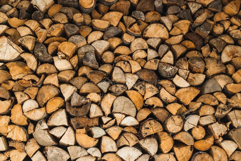 Trummor av ved, staplade, huggna, för uppvärmning av kaminer arkivfoto