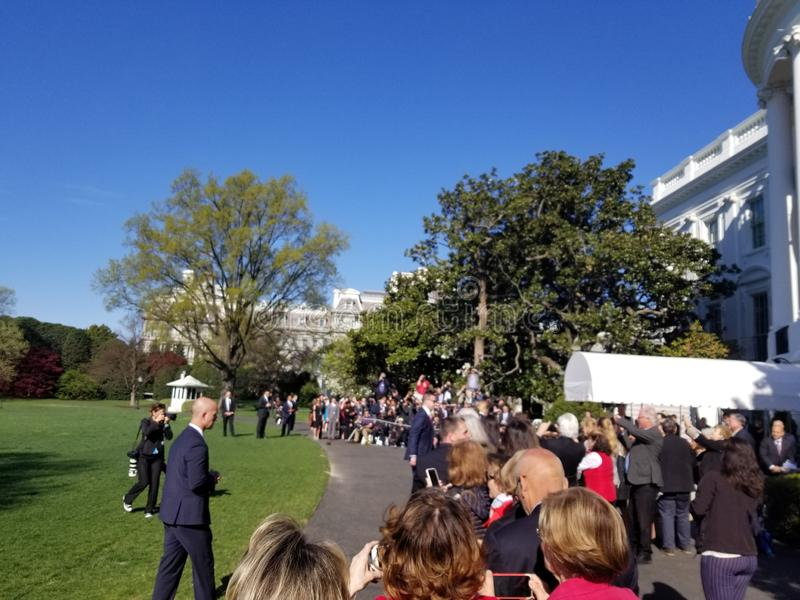 Trump总统握手白宫志愿者的 免版税库存照片
