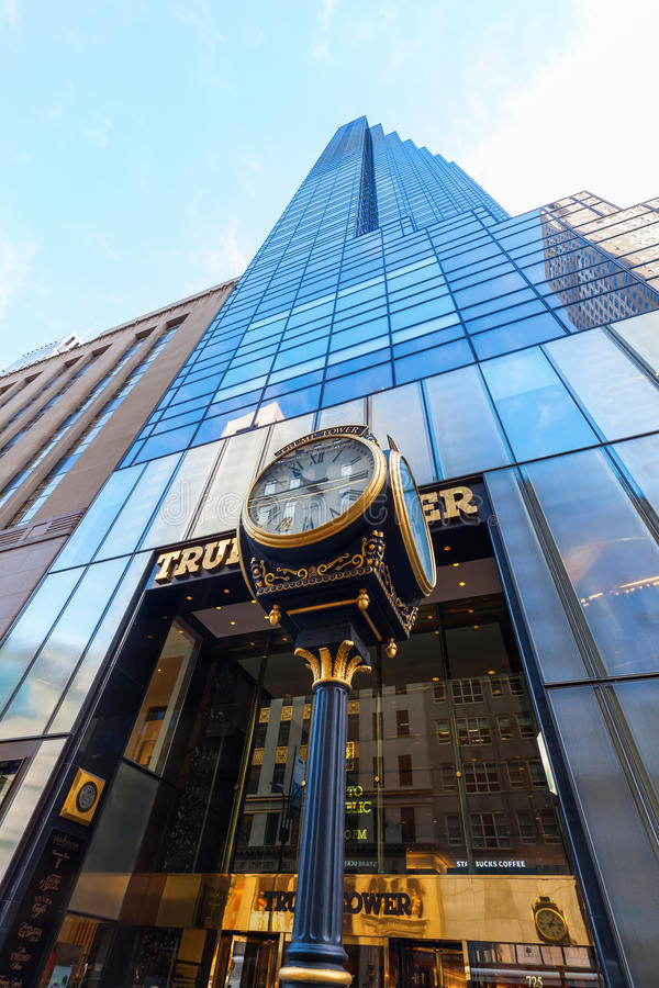 Trump башня с античными часами в Манхаттане, NYC стоковые изображения