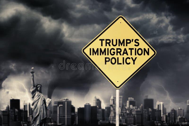 Trump политика ` s с дорожным знаком под штормом стоковое изображение
