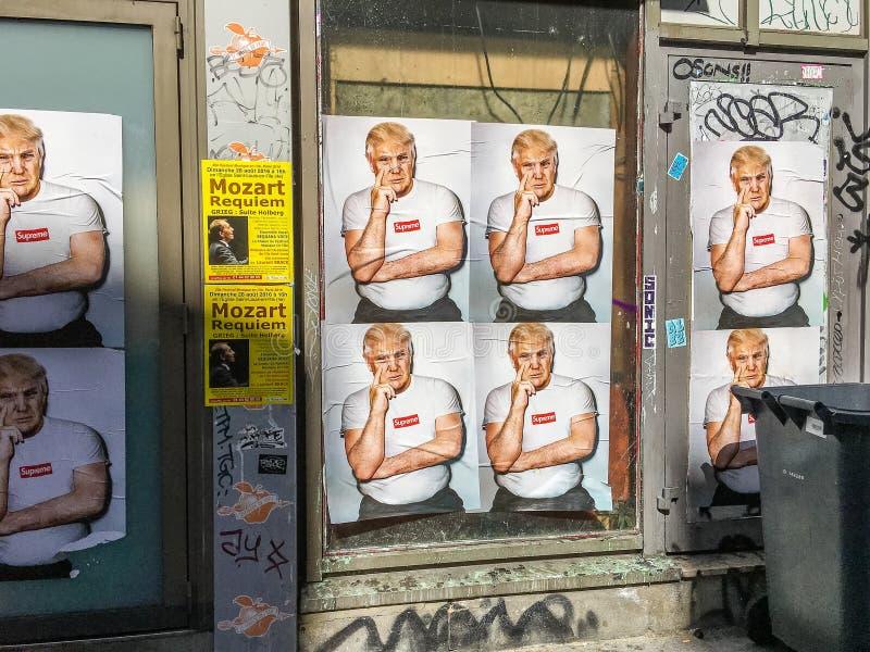 Trump плакаты с граффити вставного элемента на здании Парижа стоковые фото