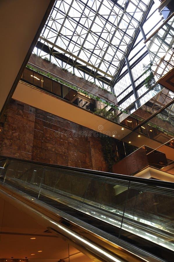 Trump эскалатор башни внутренний от Пятого авеню в Манхаттане от Нью-Йорка в Соединенных Штатах стоковое изображение rf