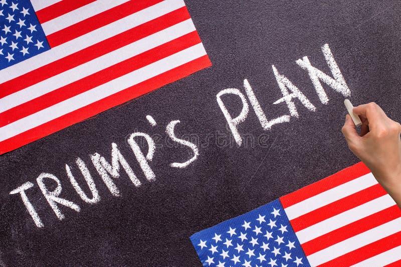 Trump le plan du ` s sur le panneau de craie et le drapeau des USA photographie stock libre de droits