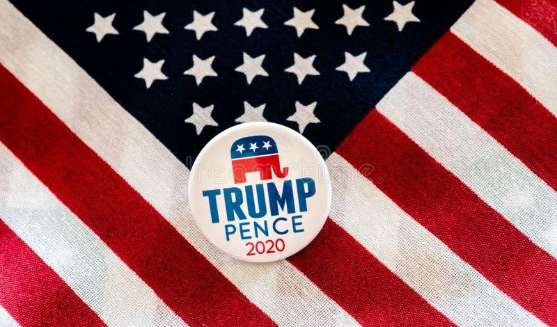 Trump-penny 2020 distintivi di campagna presidenziale contro la bandiera degli Stati Uniti