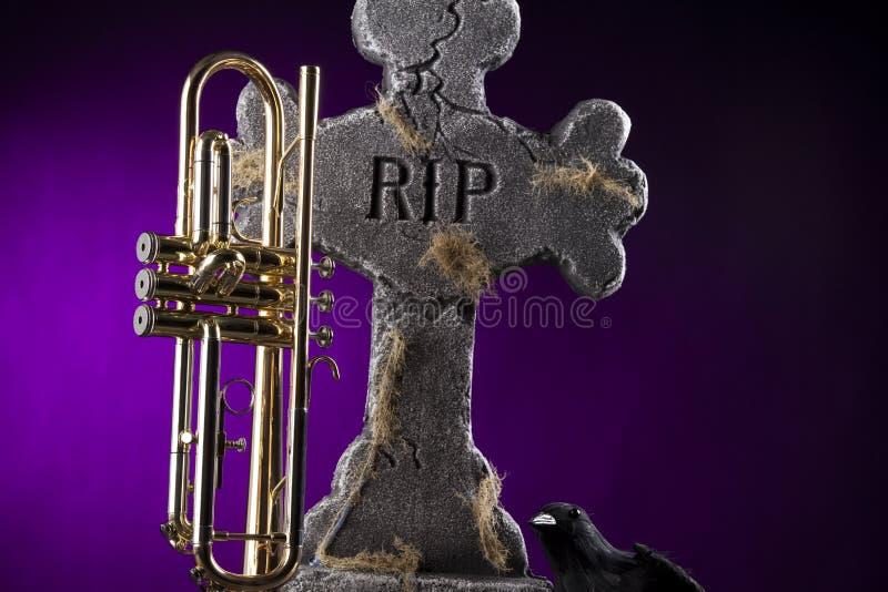 trumpet halloween gravestone вороны стоковое фото