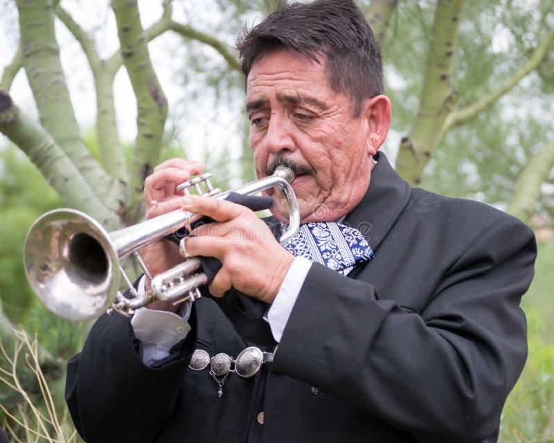 trumpet w тона саксофона игрока фокуса перста b голубой стоковые изображения rf