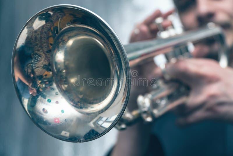 Trumpetaren spelar på en silvertrumpet royaltyfri fotografi