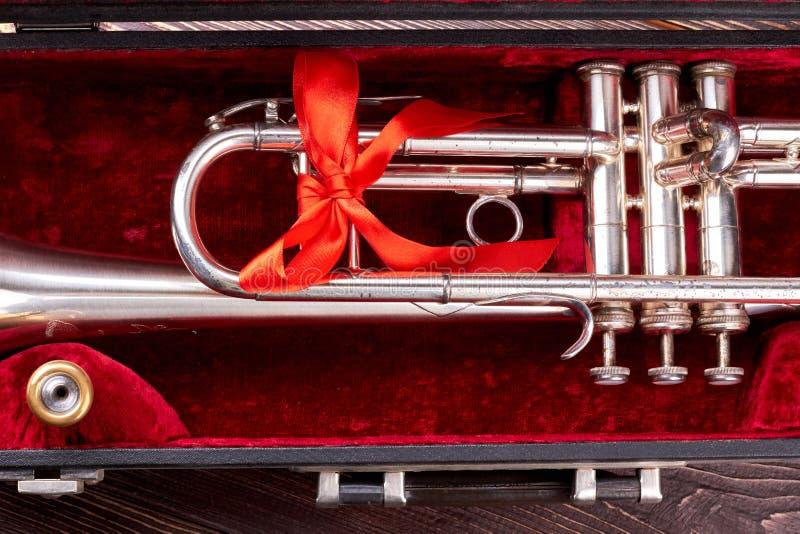 Trumpetventil i sammetask royaltyfria foton