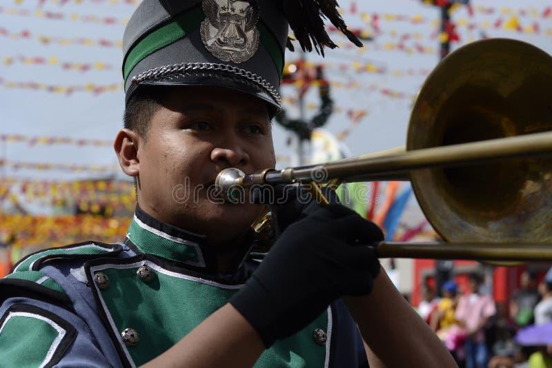 Trumphet masculin de jeu de membre du groupe sur la rue pendant l'exposition annuelle de bande en laiton images stock
