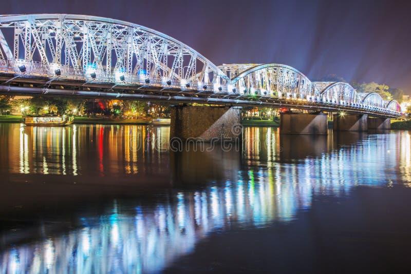 Truong连队桥梁夜视图在颜色的 免版税库存图片