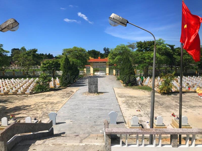 Truong Son martyrs kyrkog?rd i Hai Phu, Hai Boi, Quang Tri Jordf?stningst?llet av martyr offrades under kriget mot royaltyfri foto