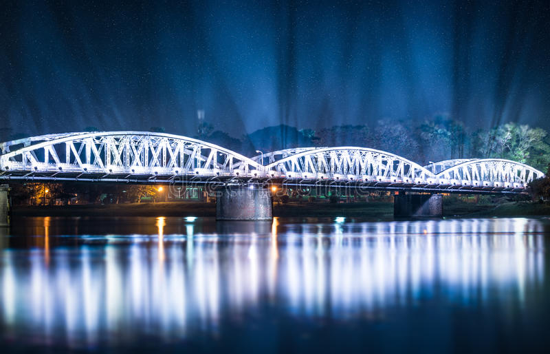 Truong Tien桥梁夜视图在颜色的。 库存照片