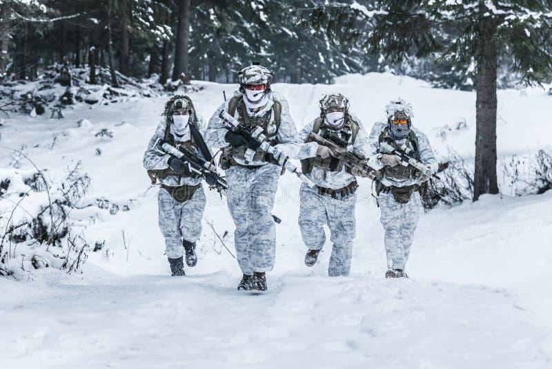Trupp av soldater i vinterskog royaltyfria foton