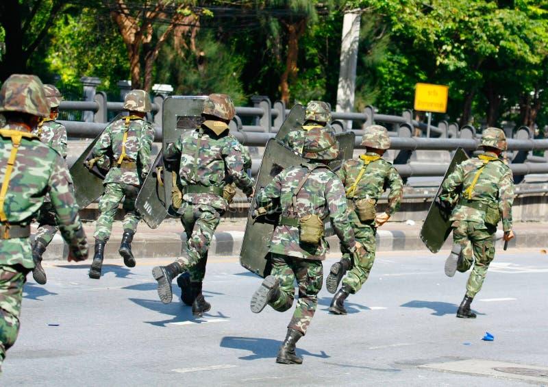 Truppe che avanzano all'intersezione di Daeng di baccano immagini stock libere da diritti
