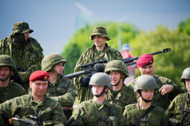 Truppe lituane durante il festival pubblico e militare di giorno immagini stock libere da diritti