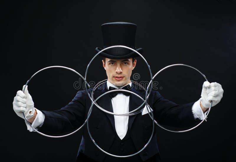 Truque da exibição do mágico com ligamento de anéis fotos de stock