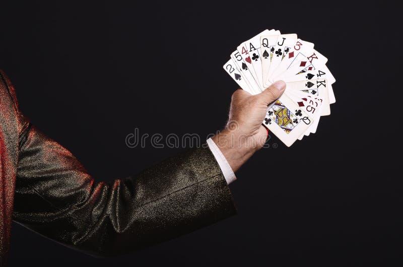 Truque das mostras do mágico com cartões de jogo Manipulação com suportes imagem de stock