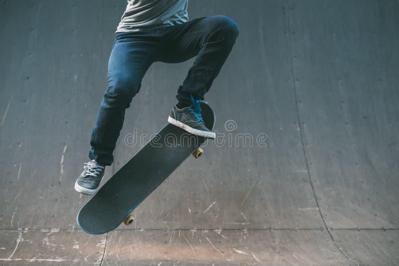 Truque extremo do ollie do estilo de vida da ação do skater foto de stock