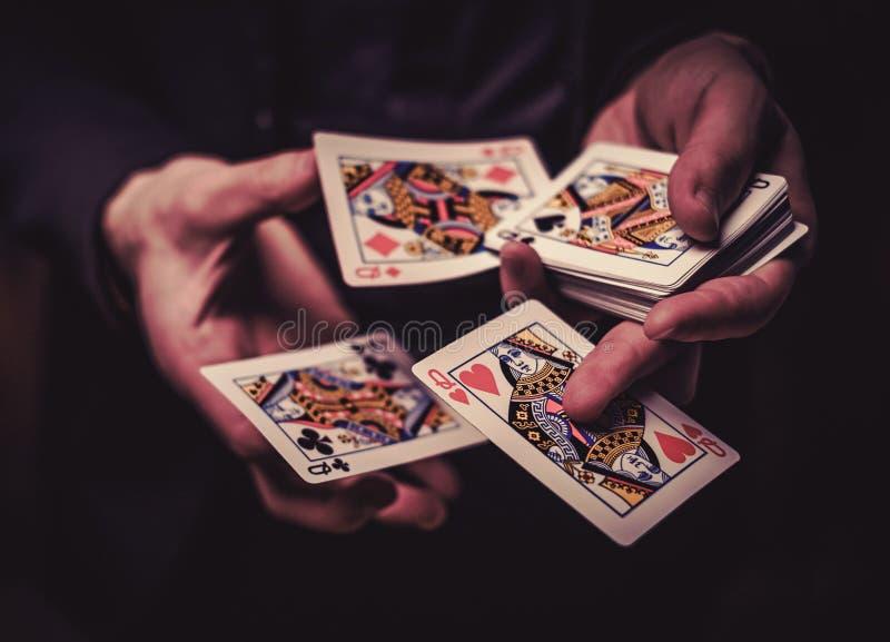 Truques da exibição do homem com cartões fotografia de stock