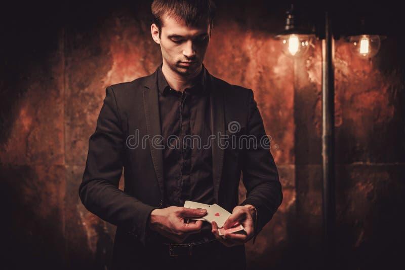 Truques da exibição do homem com cartões foto de stock
