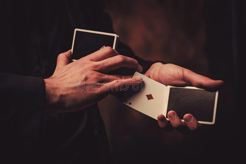 Truques da exibição do homem com cartões fotos de stock royalty free