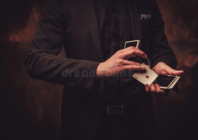 Truques da exibição do homem com cartões fotos de stock