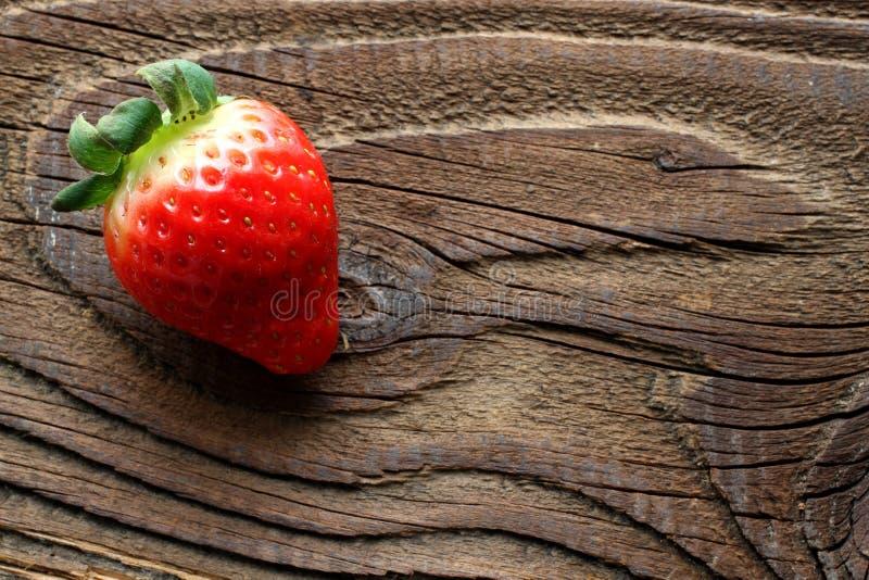 Truskawka na antykwarskim drewnianym stole zdjęcia royalty free