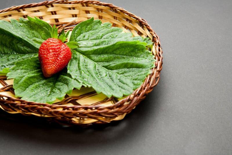 Truskawka z liśćmi na talerzu obraz stock
