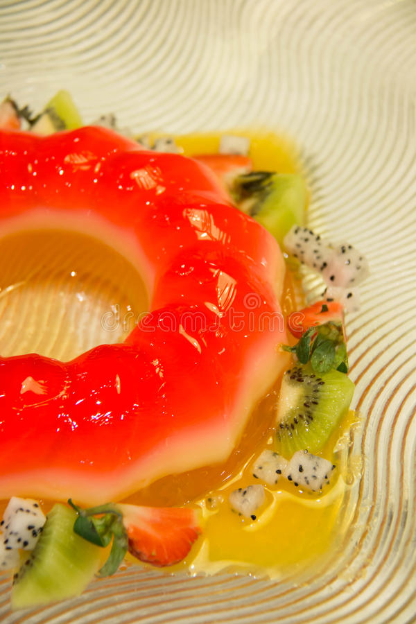 Truskawki galareta i mieszająca owocowa sałatka obrazy royalty free