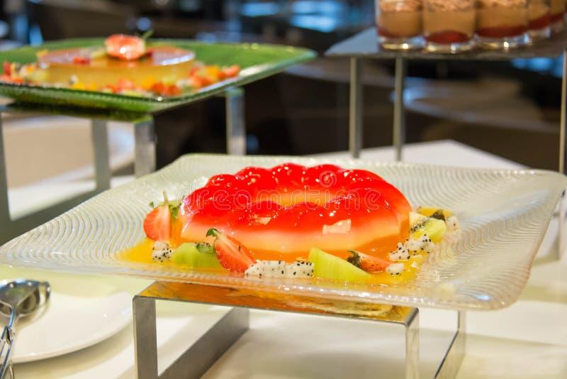 Truskawki galareta i mieszająca owocowa sałatka zdjęcia stock