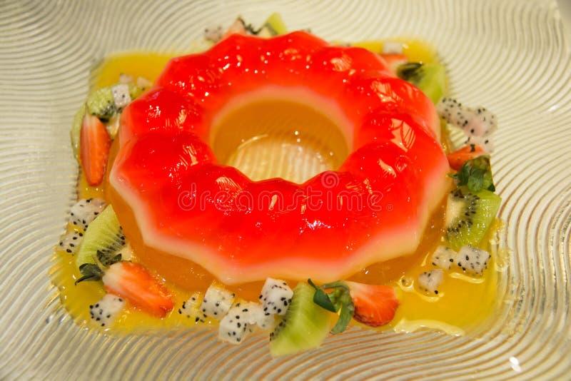 Truskawki galareta i mieszająca owocowa sałatka zdjęcie royalty free