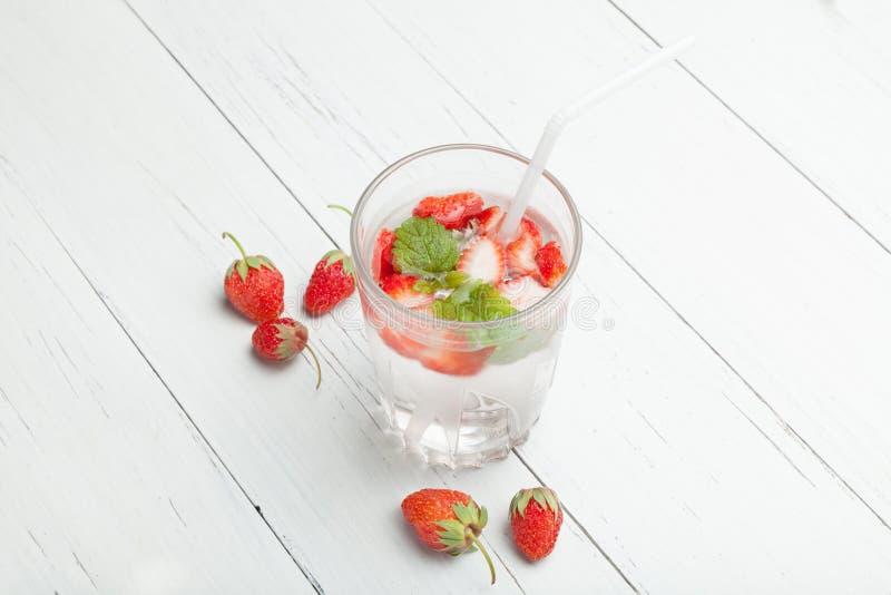 Truskawki i mennicy detox aromata owocowa woda obrazy stock
