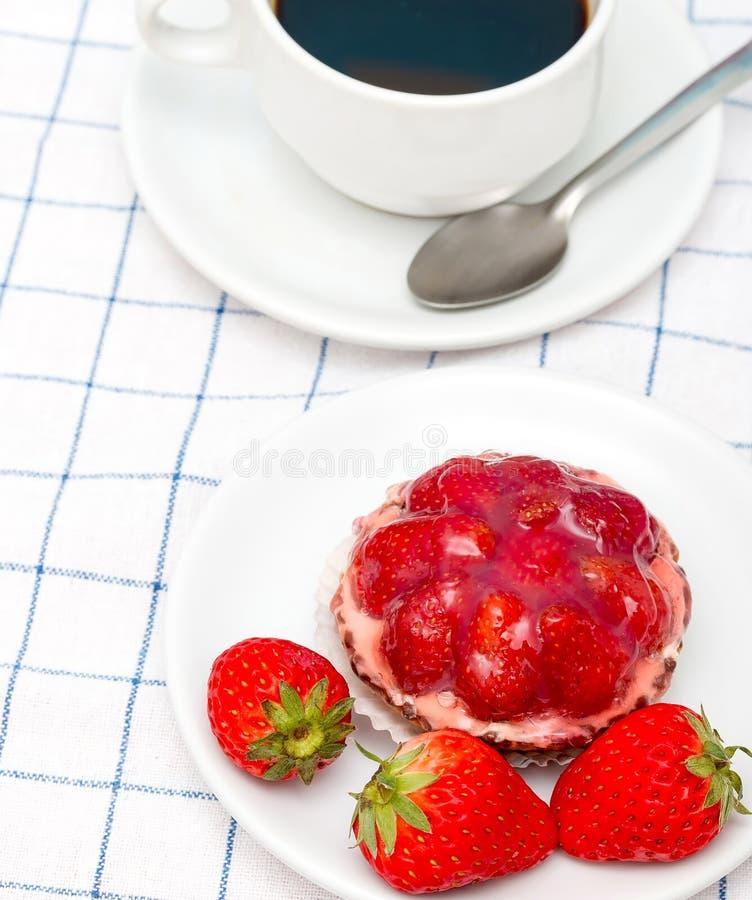 Truskawki Pustynna kawa Pokazuje Owocowy tarta I napój fotografia stock