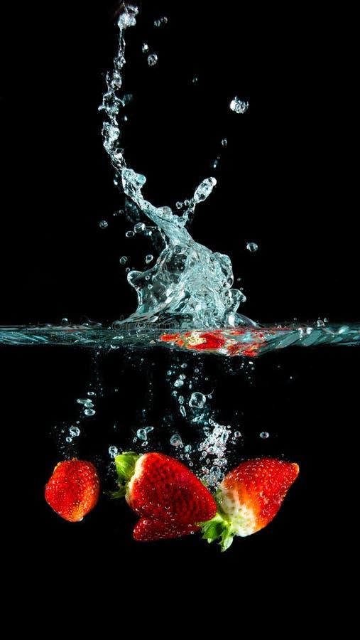 Truskawki w wodzie obraz stock