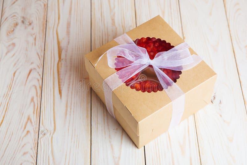 Truskawkowa śmietanki mousse i torta domowej roboty piekarnia w pudełku zdjęcia royalty free