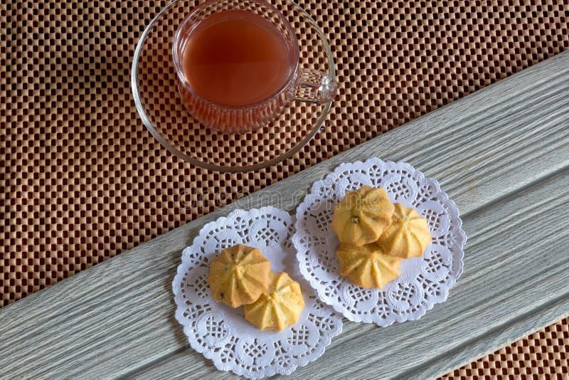 Truskawkowa herbata w szkle i ciastkach na Drewnianym zdjęcie stock
