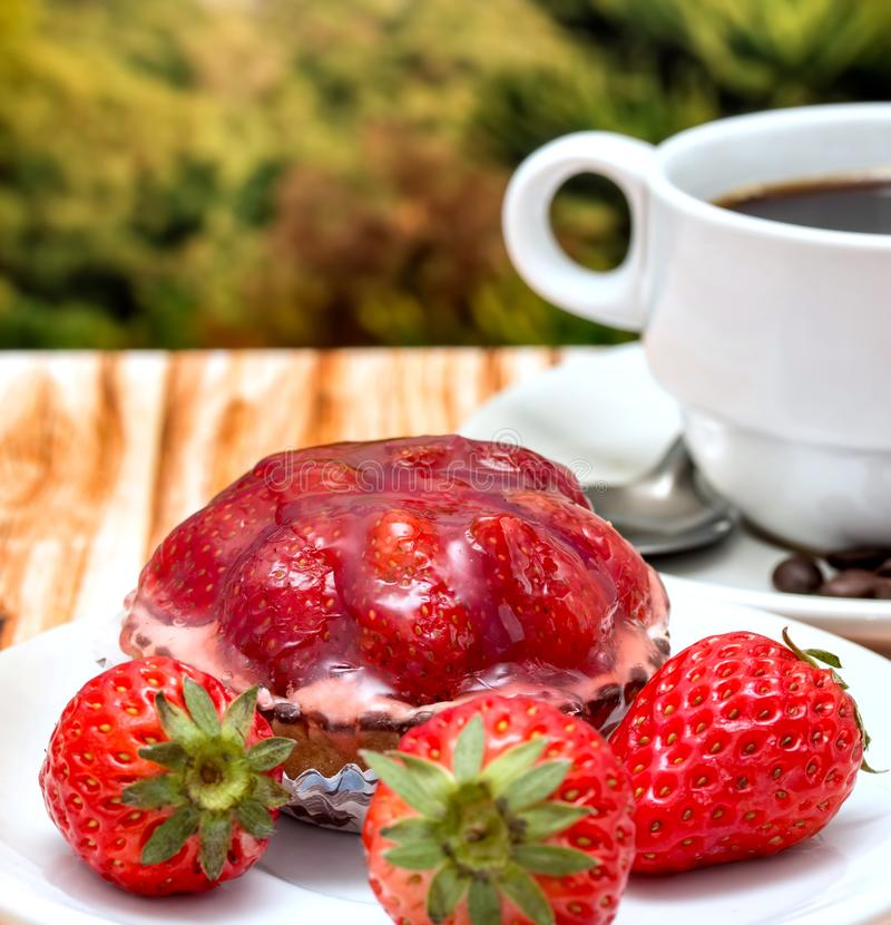 Truskawkowa tarta kawa Reprezentuje Owocowego kulebiaka I jedzenie fotografia royalty free