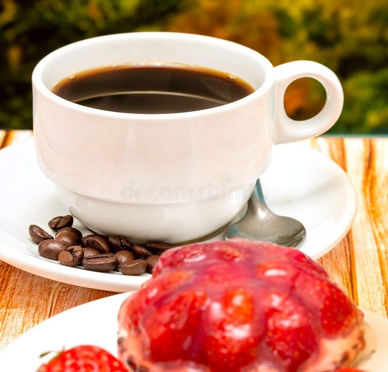 Truskawkowa tarta kawa Reprezentuje Owocowego kulebiaka I napój obrazy royalty free