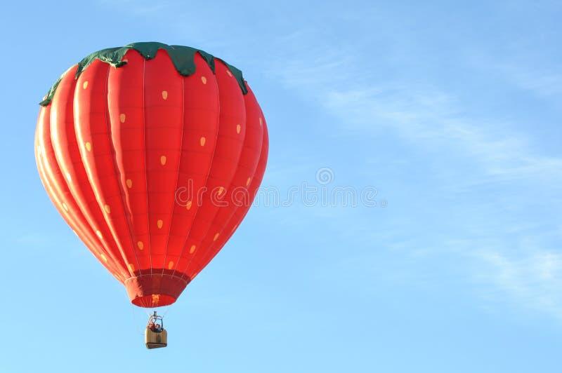 Truskawkowi wzrosty gorące powietrze balonu obrazy stock