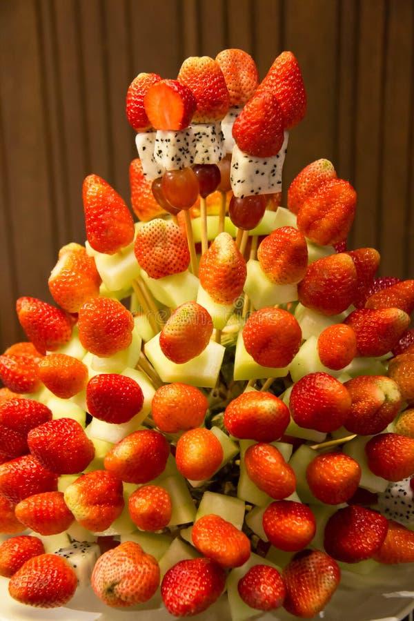 Truskawkowi zdrowi owocowi kebabs robić z tropikalnej owoc displa fotografia royalty free
