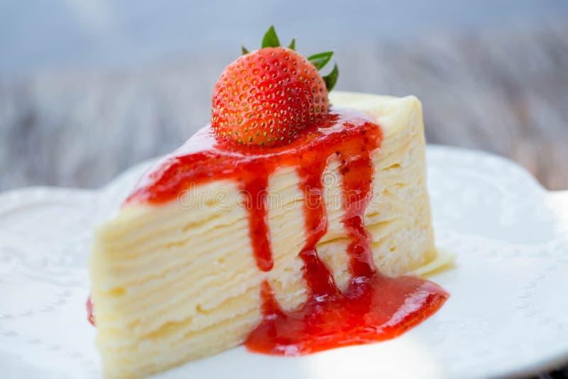 Truskawkowy cheesecake na białym tle obrazy stock