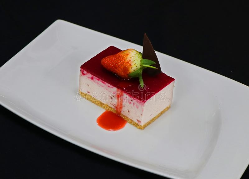 Truskawkowy cheesecake w talerzu obraz royalty free