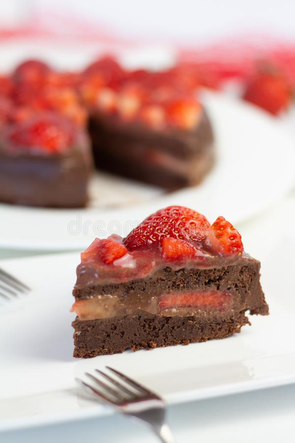 Truskawkowy czekoladowy tort obraz royalty free