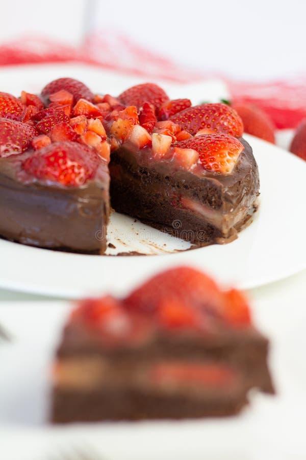 Truskawkowy czekoladowy tort obrazy royalty free