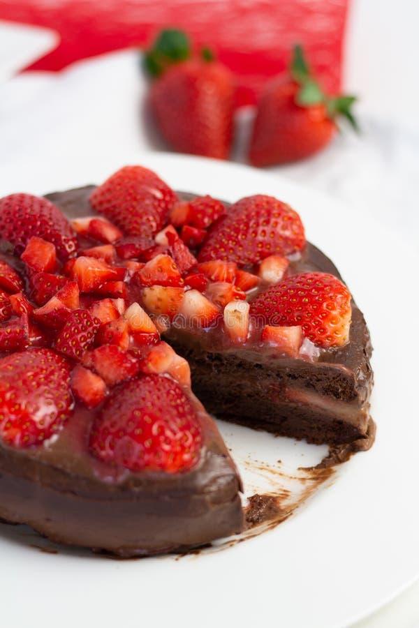 Truskawkowy czekoladowy tort obrazy stock
