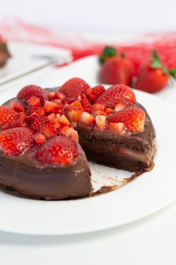 Truskawkowy czekoladowy tort fotografia royalty free