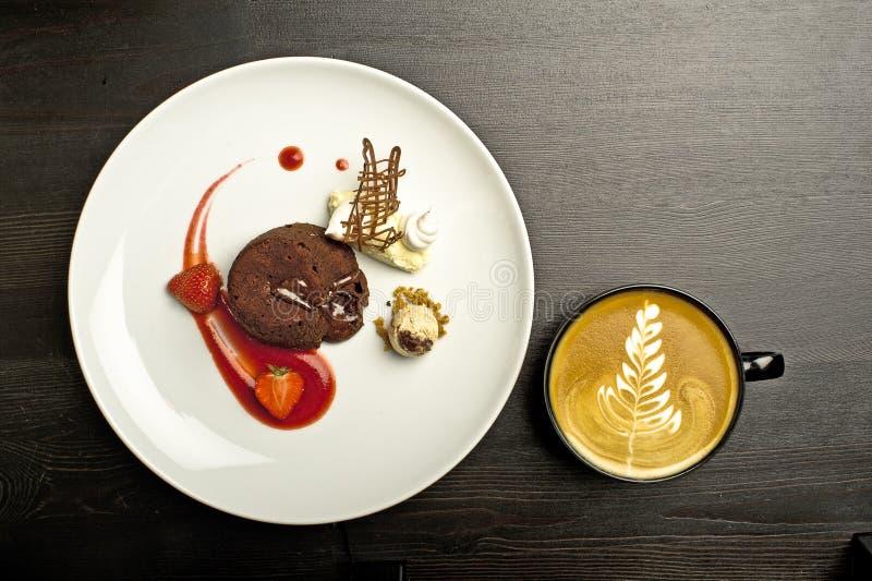 Download Truskawkowy i kawowy deser obraz stock. Obraz złożonej z drewno - 28974801