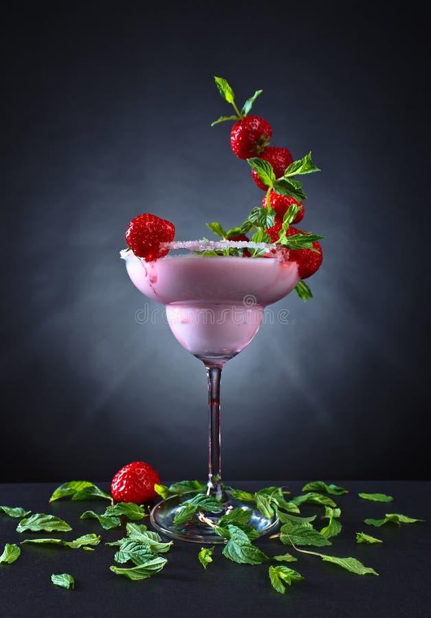 Truskawkowy koktajl z miętowymi liśćmi zdjęcia royalty free