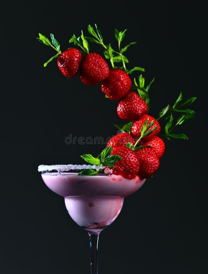 Truskawkowy koktajl z miętowymi liśćmi zdjęcie royalty free