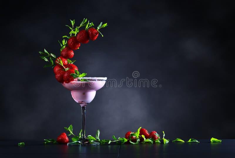 Truskawkowy koktajl z miętowymi liśćmi zdjęcie stock